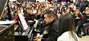 Genç yeteneklerin piyano performansı