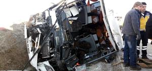 Afyonkarahisar'da yolcu otobüsü kamyona çarptı: 25 yaralı