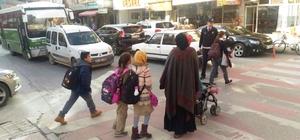 Zabıta ekipleri, okul önlerinde öğrencilerin geçişi için uygulama başlattı