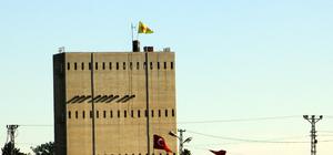 Suriyeliler PYD'nin sınıra astığı bez parçalarına tepkili