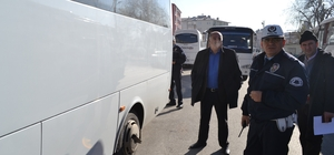 Trafik polisleri öğrenci servis araçlarının kış lastiklerini denetledi