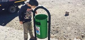 Hayatında ilk defa çöp kutusu gören çocuğun şaşkınlığı