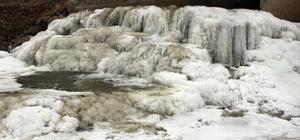Soğuk hava Taşlıçay deresini dondurdu