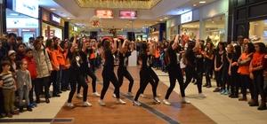 """Öğrencilerden kadına yönelik şiddete karşı """"Flash Mob Dans Gösterisi"""""""