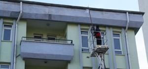 Yozgat Belediyesi ekipleri, çatıda oluşan buz kütlelerini temizledi