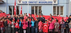 Öğretmen ve öğrenciler polisin yanında