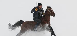 Kar üstünde at yarışlarına hazırlanıyorlar