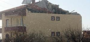 Şiddetli lodos Niğde'de evlerin çatısını uçurdu
