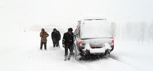 Ağrı'da mahsur kalan yolcular paletli ambulansla kurtarıldı