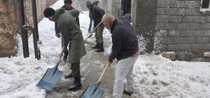 Damlarda biriken karları belediye temizliyor