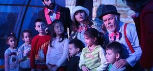 Çadır tiyatrosu Buca'da çocukları eğlendiriyor