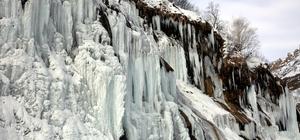 """Tunceli'de """"Ağlayan Kayalar"""" buz tuttu"""