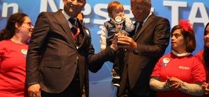 Başkan Tarhan, ödülünü down sendromlu çocuklarla birlikte aldı