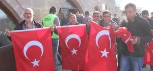 İncesu Belediyesi vatandaşlara 3 bin adet Türk bayrağı dağıttı