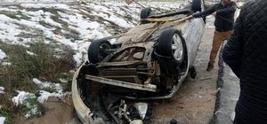 Kaygan yolda otomobil takla attı: 2 yaralı