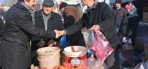 Başkan Kalın pazar tezgahının başına geçti
