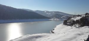 Düzce'de baraj yüzeyi buz tuttu