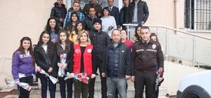 Diyarbakırlı gençlerden polise karanfil