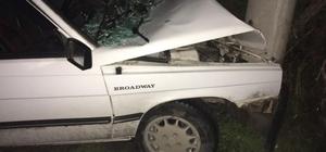 Direksiyon hakimiyetini kaybeden sürücü elektrik direğine çarptı: 1 yaralı