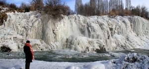 Muradiye Şelalesi tamamen dondu