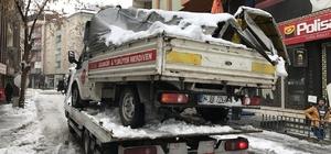 Bingöl'de kar kütleleri iki araca zarar verdi