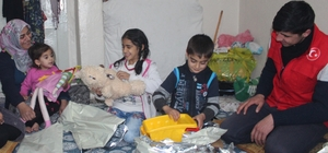 Gençler aracılık ettiği yoksul çocuklar oyuncaklara kavuştu