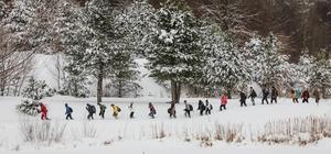 Domaniç dağlarının karlı ormanında yürüyüş keyfi