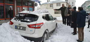 Çatıdan düşen kar 2 otomobile zarar verdi