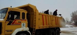 Sivrihisar Belediyesi ekipleri karla mücadele çalışmalarını sürdürüyor