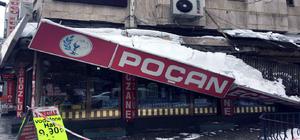 Kar nedeniyle iş yerlerinin gölgelik saçakları çöktü