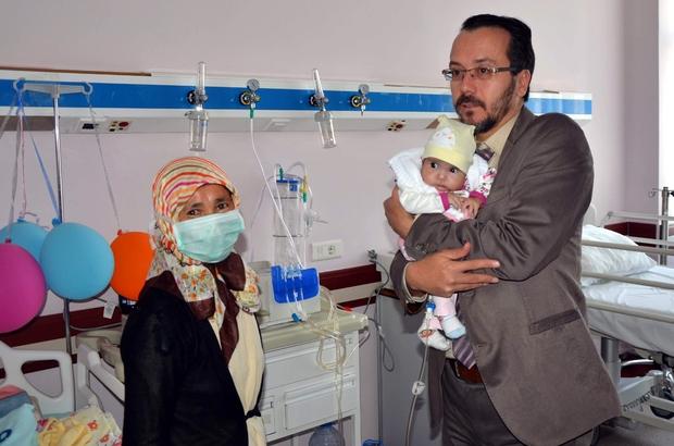 Koçak ve Bircan 4 aylık Buse'yi hasta yatağında ziyaret etti