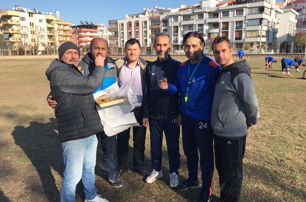 Taraftarlardan Salihli Kocaçeşmespor'a tatlı ikramı