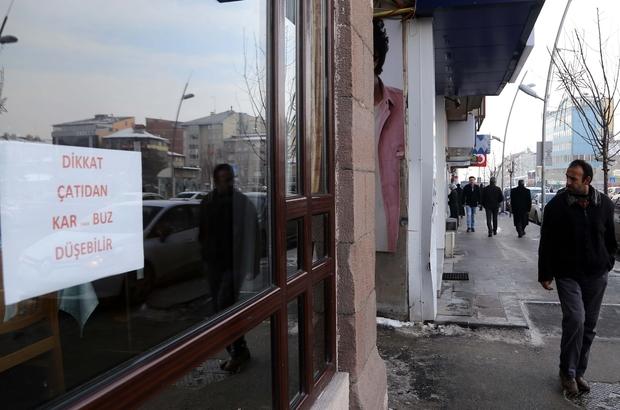 """""""Kış kenti""""nde buz sarkıtlarıyla mücadele"""