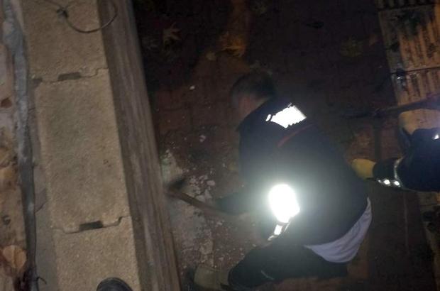 Duvar arasında sıkışan köpeği itfaiye ekipleri kurtardı