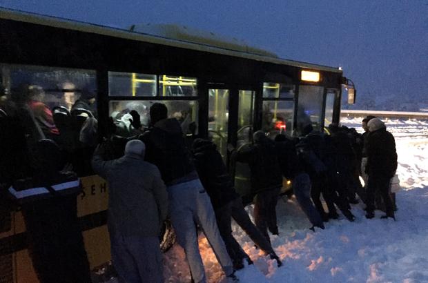 Dağ yolunda karda kayan otobüsü yolcular itti
