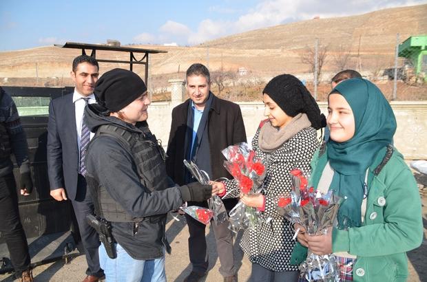 Öğrencilerden polise çiçekli ziyaret