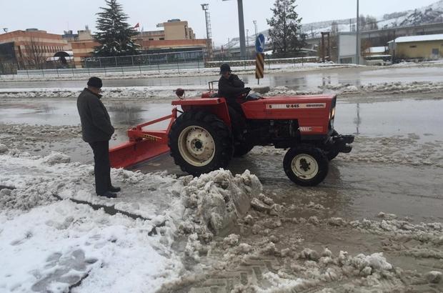 Muhtar çareyi kendine ait traktöre kar küreme paleti bağlayarak buldu