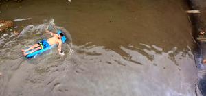 Sel sularının biriktiği alt geçitte yüzdüler