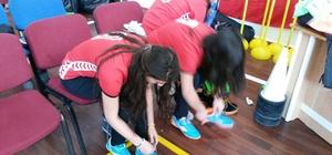 Polisten kız öğrencilere spor malzemesi desteği