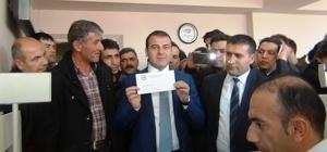 Erciş'te İlk Çipli Nüfus Cüzdanı Kaymakam Yaşar'a Verildi