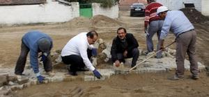 Başkan Ozan, mahalle muhtarıyla birlikte parke taşı döşedi