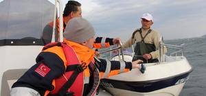 Gölde sürüklenen teknesini kurtarmak isterken mahsur kaldı