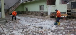 Alaşehir Belediyesi'nden buzlanma çalışması