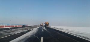 Karayolları Kars-Sarıkamış yolunun buzunu temizliyor