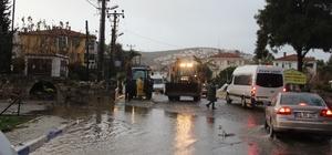 Sağanak yağış Foça'da etkili oldu