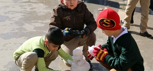 Erdemli'de sahil kesiminde okuyan öğrencilere kar sürprizi