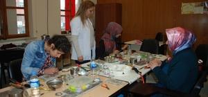 Diyarbakırlı kadınlar gençlik ve kültür evinde sanat öğreniyor