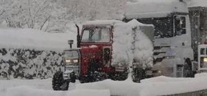 Kar yağdı, traktörcülerin yüzü güldü