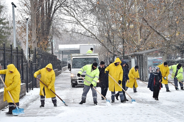 Başkent'te karla mücadele devam ediyor