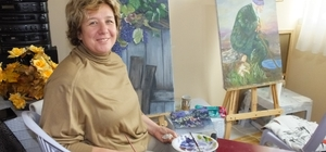 Burhaniye'de kadınlar evde yemek, atölyede resim yapıyorlar